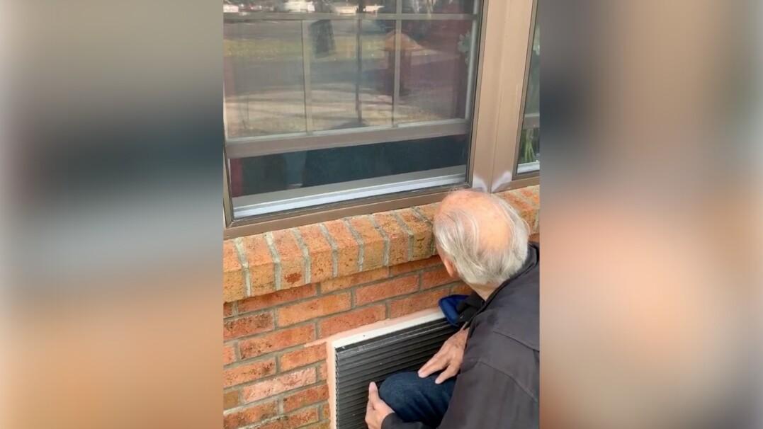 Wzruszająca historia miłosna. 85-latek codziennie przychodzi pod okno, by odwiedzić swoją chorą żonę