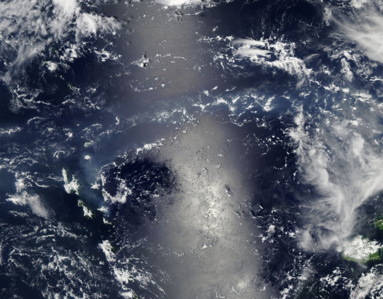 Wulkaniczny smog i refleks słoneczny na Oceanie Spokojnym