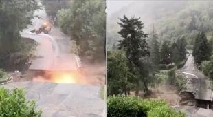 Masy wody niszą most, następuje wybuch, chwilę później upada ogromne drzewo