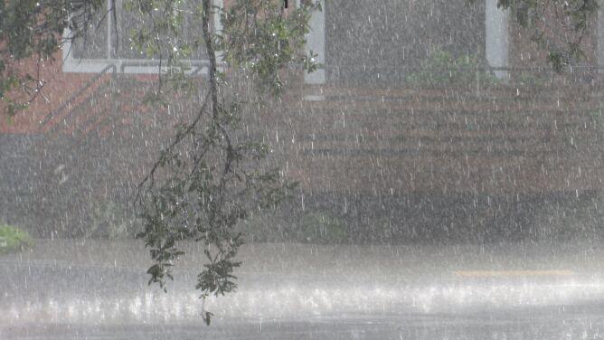 Deszcz zagrożeniem na południu Polski. IMGW alarmuje