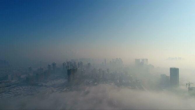Miasto tonie w gęstej mgle. Niesamowity widok