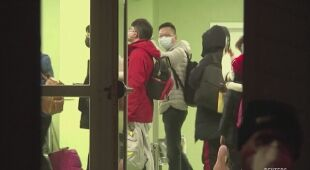 Pasażerowie z Wuhan przeszli korytarzem sanitarnym