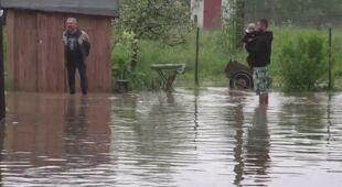 Woda przelewa się przez most w Marciszowie (TVN24)